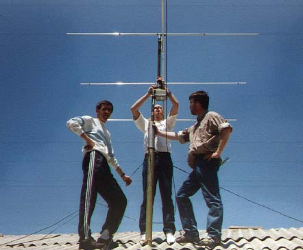 Omari, Willem, and Kees setting up the 6m beam